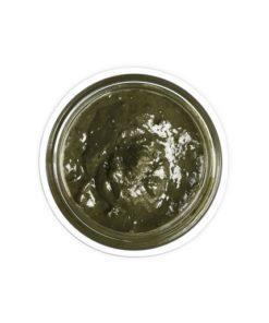 Maska a čistič na akné Herbaphoria je bylinná maska a čistič na akné. Prírodná kozmetika na akné Nastavte rovnováhu, regenerujte, nechajte vstrebávať liečivé látky! Stabilizujte tvorbu kožného mazu. Zelený íl najvyššej kvality z Francúzska je výborný antioxidant, hĺbkovo čistí póry, reguluje mastnotu, regeneruje bunky. Biely íl svojou jemnosťou upokojuje citlivú pleť. Bentonitový íl ihneď zmierňuje svrbenie a podráždenie, vyťahuje toxíny a nečistoty usadených v póroch pleti. Rozmarín lekársky tonizuje, Žihľava dvojdomá a Harmanček pravý necháva pleť čerstvú a v rovnováhe. Tento zelený div obsahuje Spirulinu, ktorá je najúčinnejší B-komplex a čistý zdroj proteínov. Harmanček má antiseptické vlastnosti. Vďaka Šalvii lekárskej sa rany hoja rýchlejšie. Vhodný na normálnu až zmiešanú pleť. Obsahuje listy Rozmarínu a Šalvie lekárskej, Žihľavu dvojdomú, Spirulinu a harmančekový olej.