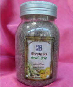 Chmeľ grep kúpeľová morská soľ so sviežou vôňou grepu. Prírodná kozmetika do kúpeľa blahodarne prispieva k celkovej regenerácii organizmu, upokojeniu a harmónii telesnej a duševnej pohody. Podporuje detoxikáciu