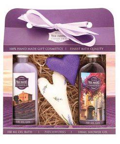 Darčeková kazeta Lavander patchworks, romantický darček pre ženy s vôňou levandule z rady Premium Line. Obsahuje olejový sprchový gél, krémový sprchový gél a 2ks srdiečka
