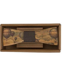 Drevený motýlik Cestovateľ - originálny darček pre muža. Ľahká, hravá móda, nevtieravý šarm a elegancia. S dreveným motýlikom nič nepokazíte. Aj na svadbu.