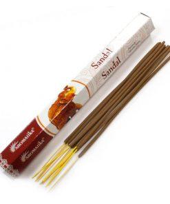 Vonné tyčinky Sandal podľa tradičnej ajurvédskej receptúry v Indii. Pri výrobe sa používa iba prírodný prášok z dreva, práškové kadidlo, živice ...