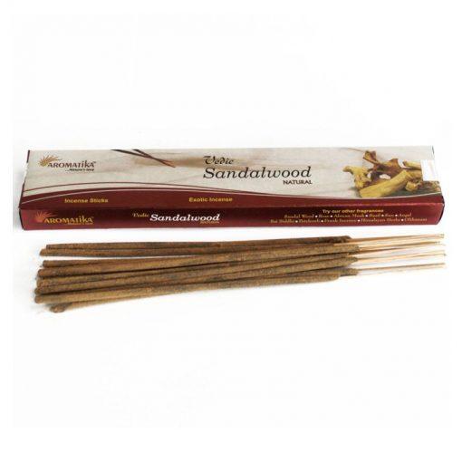 Vonné tyčinky Santalové drevo podľa tradičnej ajurvédskej receptúry v Indii. Pri výrobe sa používa iba prírodný prášok z dreva