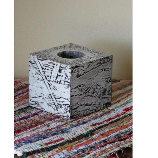 Svietnik biely MODERN - rafinovane spracovaný dizajn. Masívny základ s moderným materiálom OSB dosky. Biela farba, polomatný lak