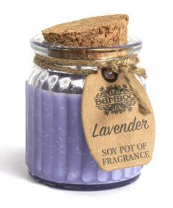 Sójová sviečka Levanduľa - prírodná sviečka. Pôsobí ako repelent proti hmyzu a je osvedčená proti všiam, taktiež pôsobí proti moliam.